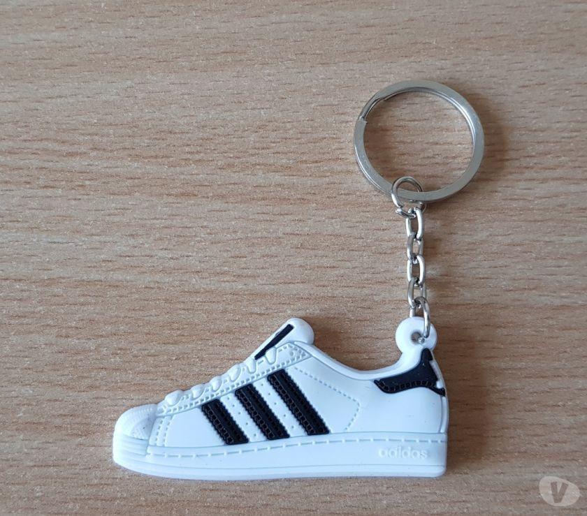 Collections Bruxelles Bruxelles - 1000 - Photos Vivastreet porte clé basket sneakers Adidas superstar blanc