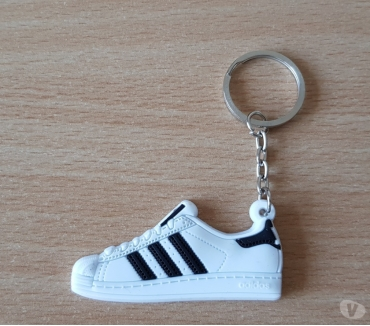 Photos Vivastreet porte clé basket sneakers Adidas superstar blanc