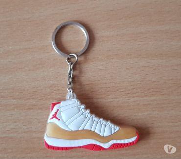 Photos Vivastreet Porte clé Basket sneakers jordan rouge blanc or