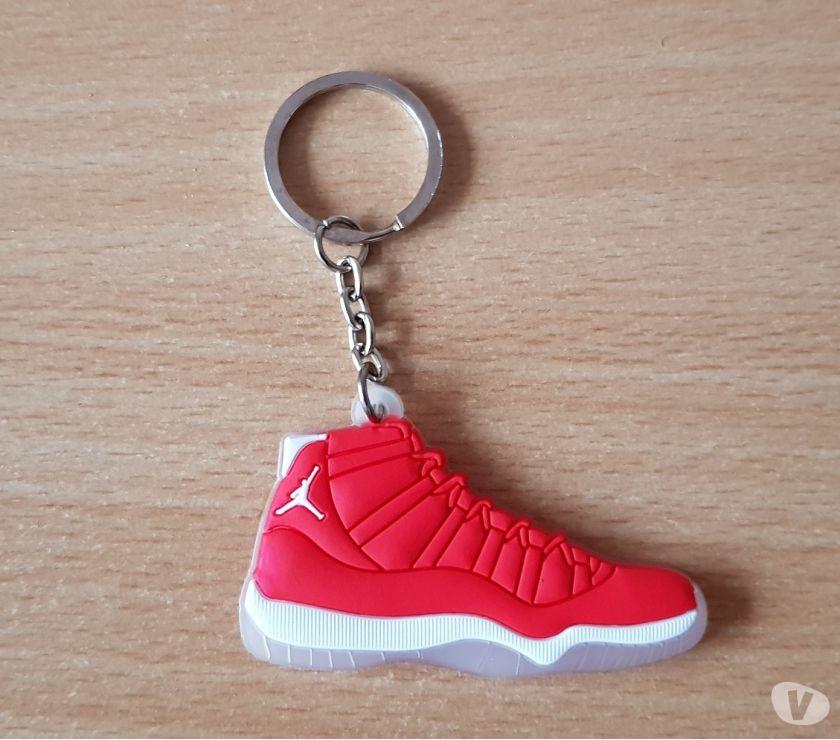 Photos Vivastreet Porte clé Basket sneakers jordan Rouge blanc transparent