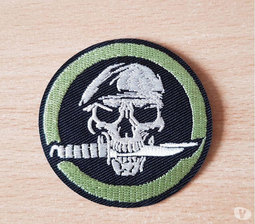 Photos Vivastreet Ecusson brodé tête de mort béret vert couteau de survie
