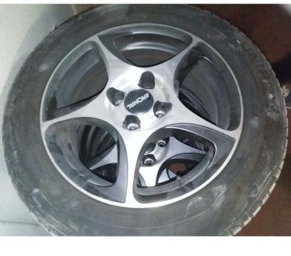 Photos Vivastreet 4 pneus sur jantes M+S renault 16
