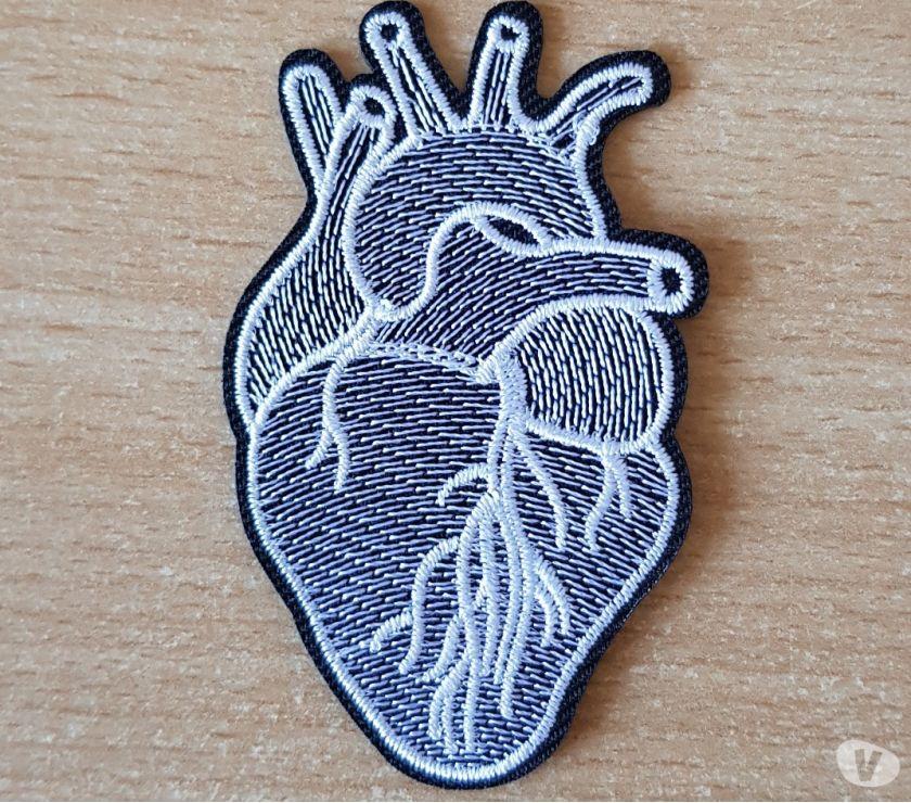 Photos Vivastreet Ecusson brodé coeur noir et blanc 7,5x4 5 cm