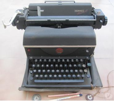 Photos Vivastreet Machine à écrire HERMES très ancien modèle de collection