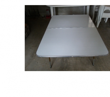 Photos Vivastreet table en formica etat neuf 1mx1m60 reglable