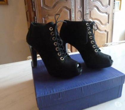 Photos Vivastreet Boots / Bottines Femme Stuart Weitzman à lacets noir