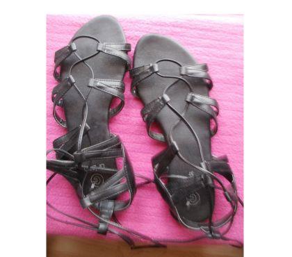 Photos Vivastreet Chaussures d'été Pointure 37, talon plat