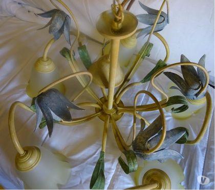 Photos Vivastreet beau lustre fer forgé 5 branches peint jaune et vert.
