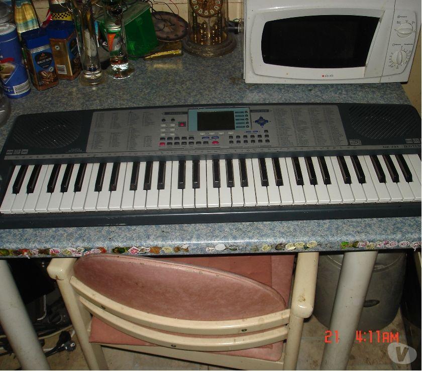 Instruments de musique Moselle Montigny-lès-Metz - 57950 - Photos Vivastreet synthétiseur Bontempi sur support métallique.