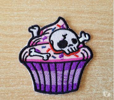 Photos Vivastreet Ecusson brodé cupcake et tête de mort 6,5x6,5 cm