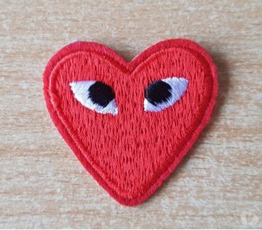 Photos Vivastreet Ecusson brodé coeur rouge + yeux 4x4 cm thermocollant