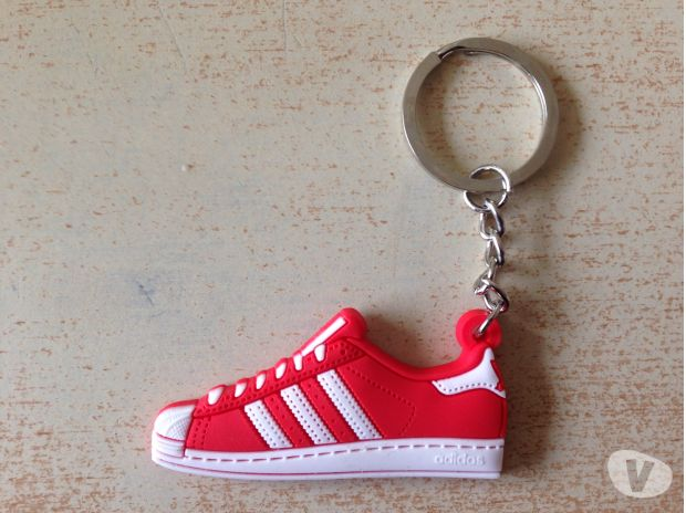 Photos Vivastreet porte clé key holder basket adidas model superstar rouge