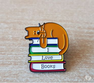 Photos Vivastreet badge broche pins pin's en métal chat et livre i love book