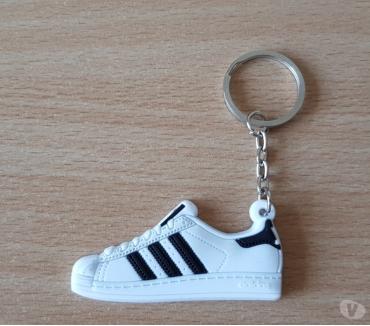 Photos Vivastreet porte clé basket sneakers Adidas superstar blanc