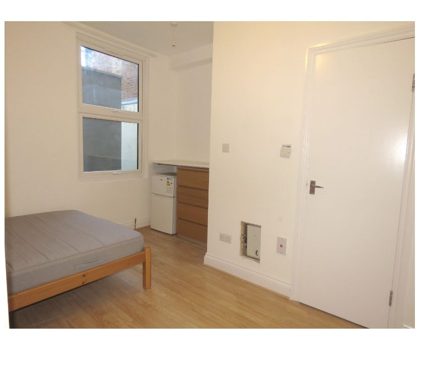 Property to Rent South West London Colliers Wood - SW19 - Photos for Spacious DOUBLE BEDROOM in LARGE FLAT - Cavendish Rd, SW19