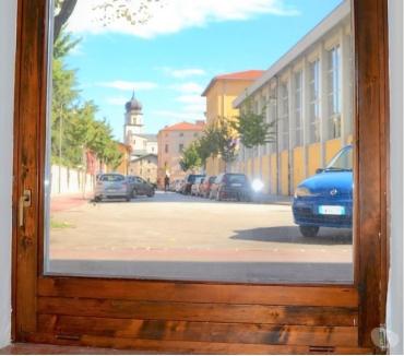 Foto di Vivastreet.it Via Esterle - Negozio vetrinato